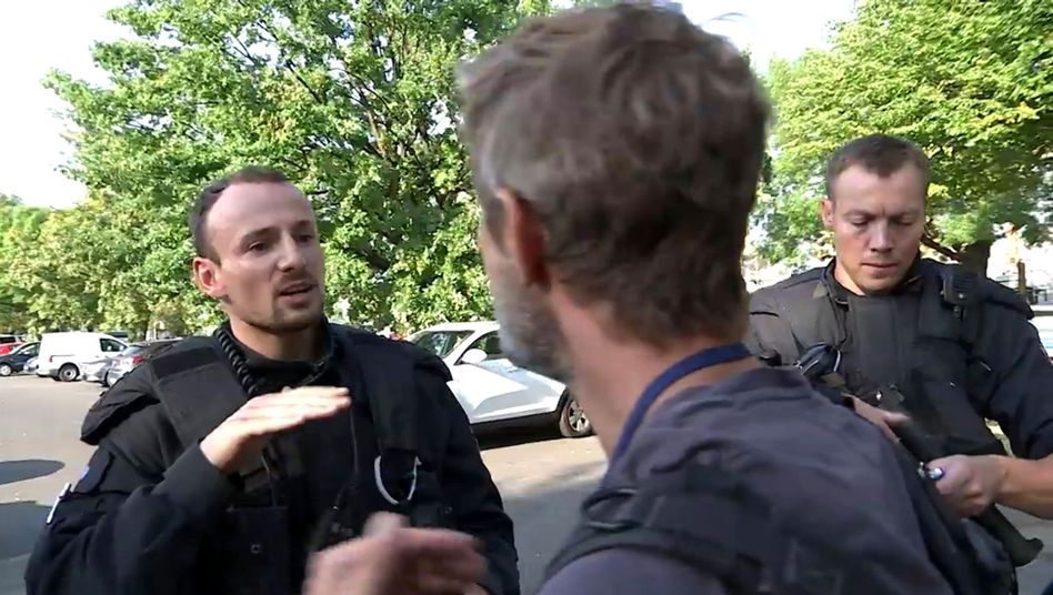 """Ausschnitt aus dem """"Frontal 21""""-Video: Polizisten kontrollieren die ZDF-Journalisten"""
