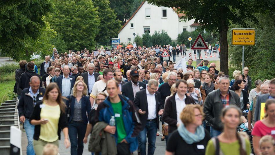 """Teilnehmer der Demonstration """"Gute Nachbarschaft"""" in Salzhemmendorf: Zeichen der Solidarität"""