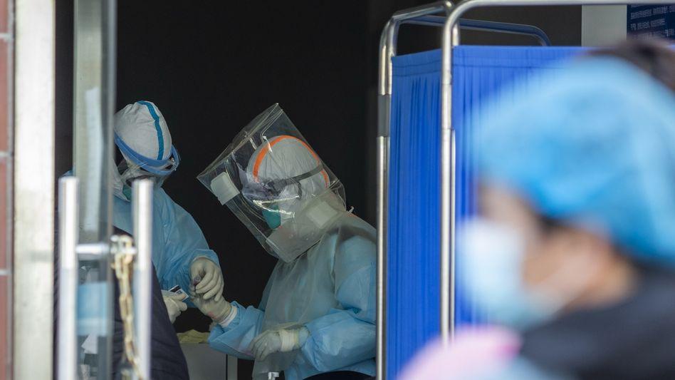 In einer Klinik in Wuhan werden Patienten auf Sars-CoV-2 getestet. In der chinesischen Provinz Hubei trat das Virus erstmals auf.