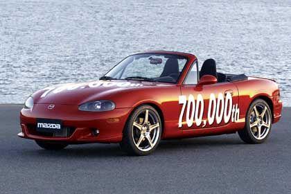 Mazda MX-5: Zum 15-Jährigen mit 16-Zoll-Leichtmetallfelgen, frischen Sitzbezügen, neugestalteter Mittelkonsole und im Windschott integrierten Lautsprechern.
