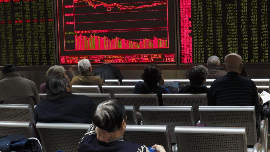 Börsentafel eines Brokerhauses in China: Industrie verdiente deutlich weniger