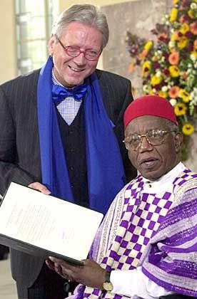 Chinua Achebe erhält den Friedenspreis des deutschen Buchhandels von Börsenvereins-Vorsteher Dieter Schormann