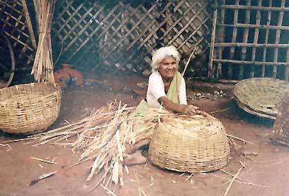 Eine Inderin beim Korbflechten auf dem Markt von Tiruchirappalli