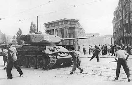 Volksaufstand in der DDR am 17. Juni 1953: Streiks nach Erhöhung von Preisen und Ausgabe von Lebensmittelkarten