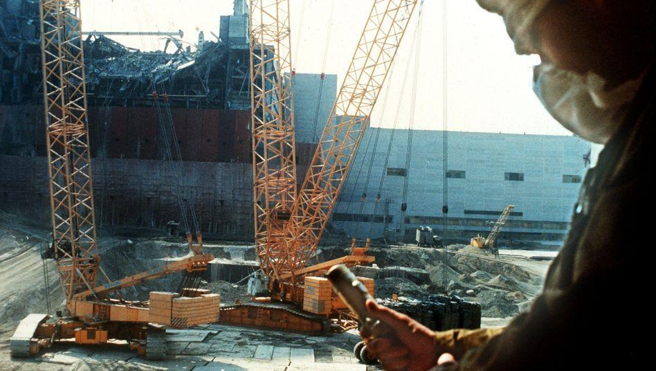 Reaktorblock IV in Tschernobyl (Archivbild vom Oktober 1986): Öffentlichkeit beruhigen