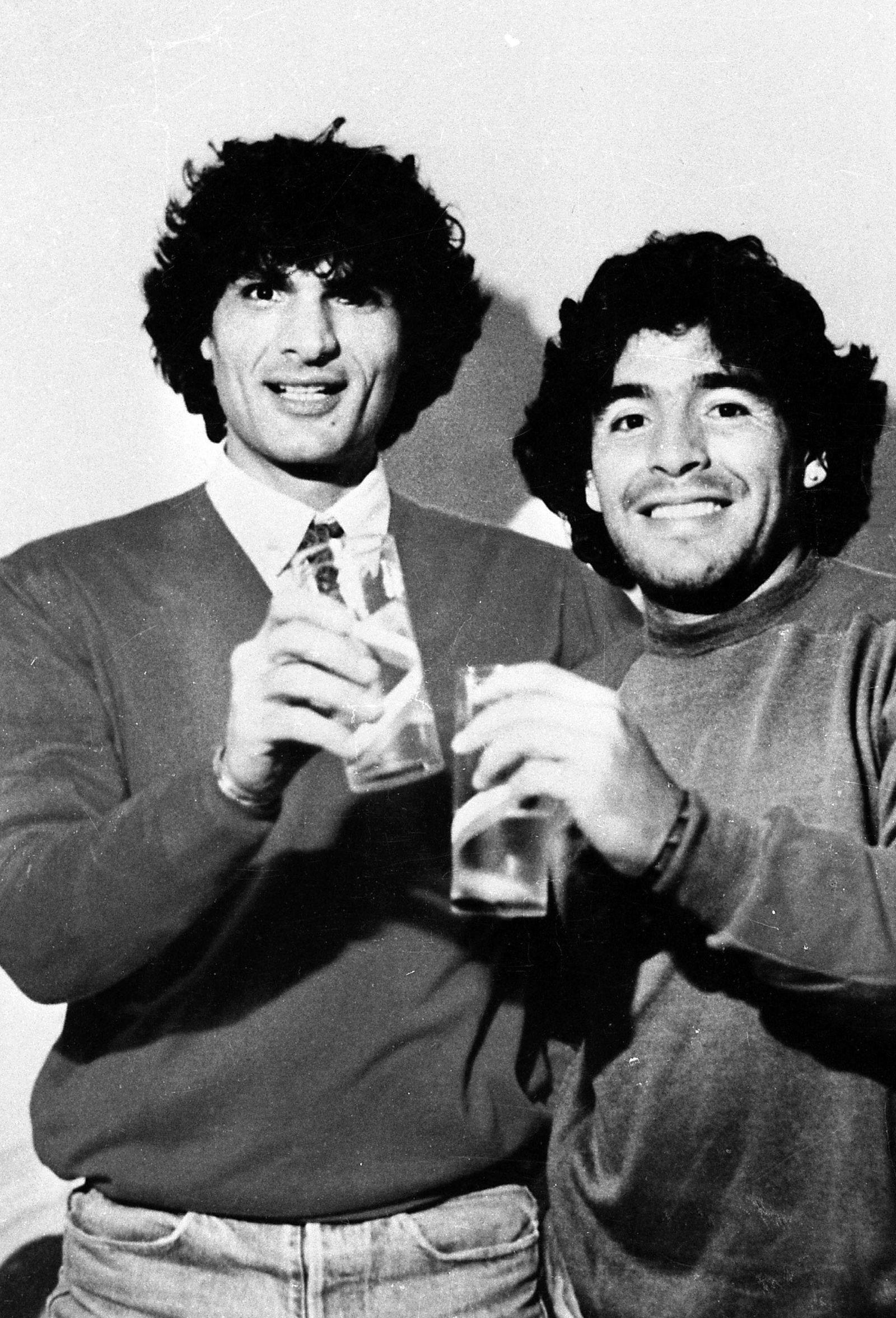 Diego Armando Maradona (Argentinien / SSC Neapel, re.) zu Gast bei Mafiaboss Carmine Giuliano - PUBLICATIONxINxGERxSUIx