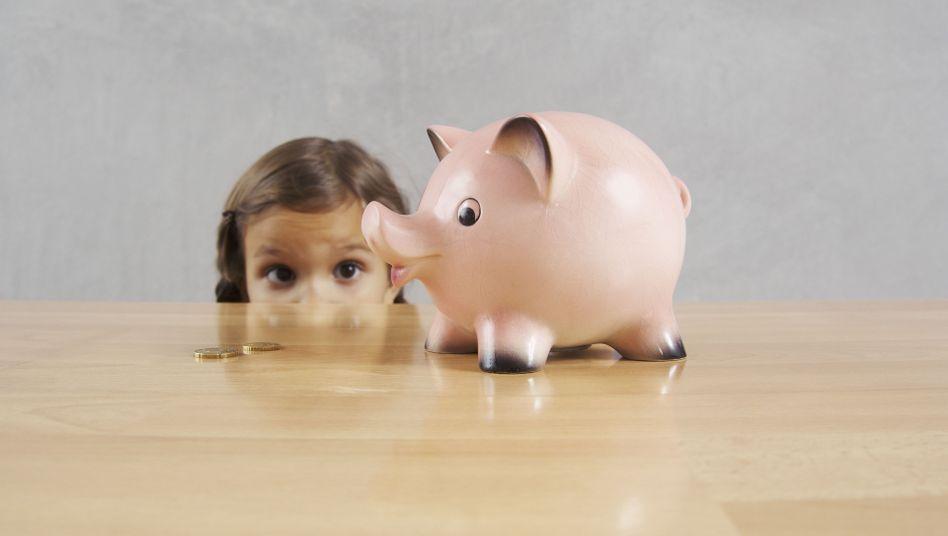 Das Sparschwein im Blick (Symbolbild): Was tun, wenn das Kind klaut?