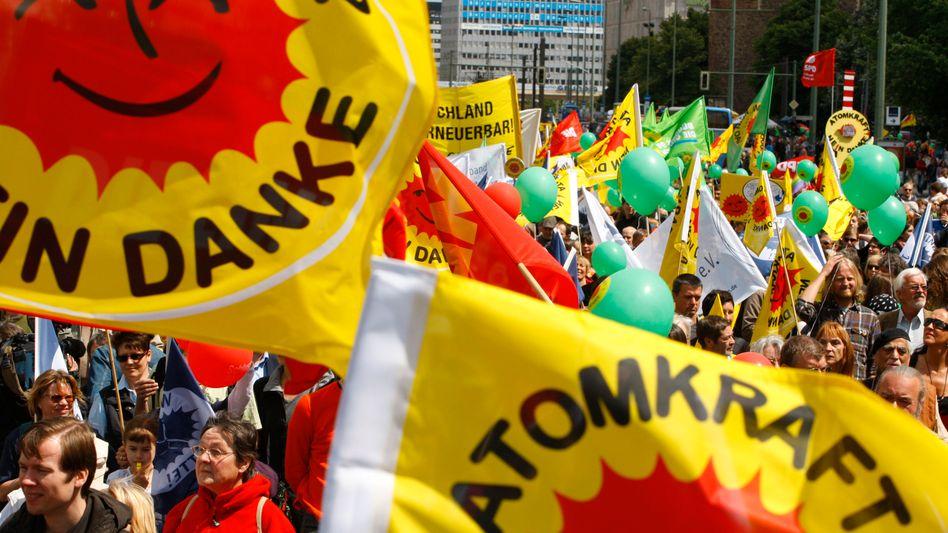 Demonstranten bei einer Anti-Atom-Demo (Archivbild): Bundestag beschließt Ausstieg