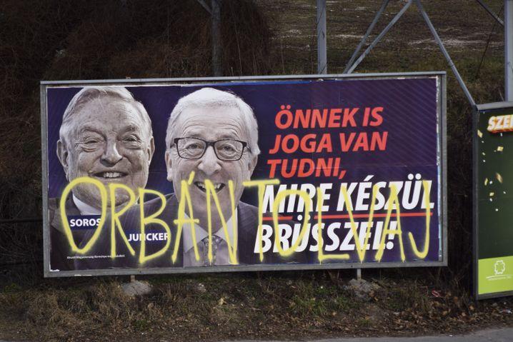 Ein beschmiertes Plakat der Kampagne