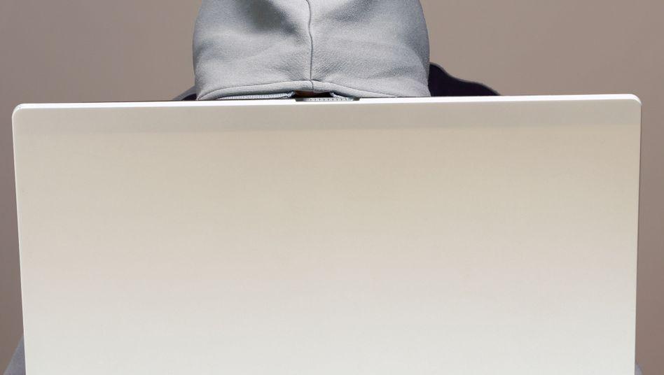 """Ein typisches Hacker-Symbolbild: Unklar bleibt hier, ob der """"Hacker"""" intensiv arbeitet oder schon schläft"""