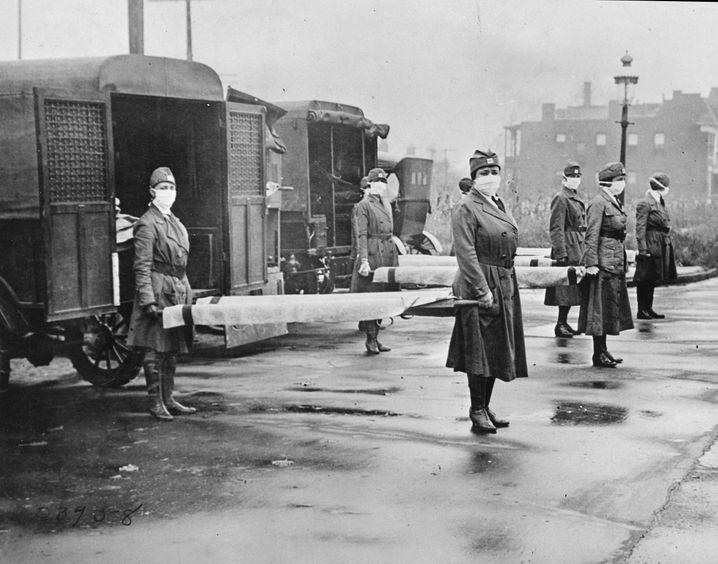 Maskiert gegen die Spanische Grippe: Mitarbeiterinnen des Roten Kreuzes in St. Louis, Missouri (1918)