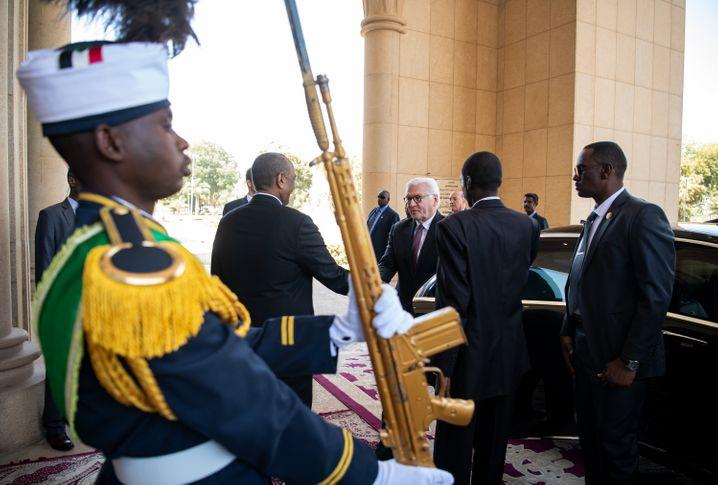 Begrüßung in Khartum: Bundespräsident Steinmeier und General Burhan