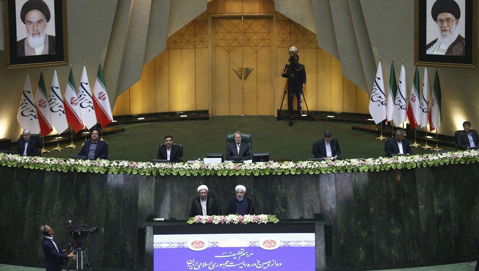 Irans Parlament bei der Vereidigung des Präsidenten Rohani
