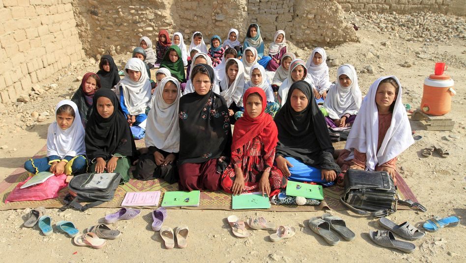 Eine Ausnahme: Die afghanische Lehrerin Mahajera Armani und ihre Schülerinnen in Jalalabad (Archivbild)
