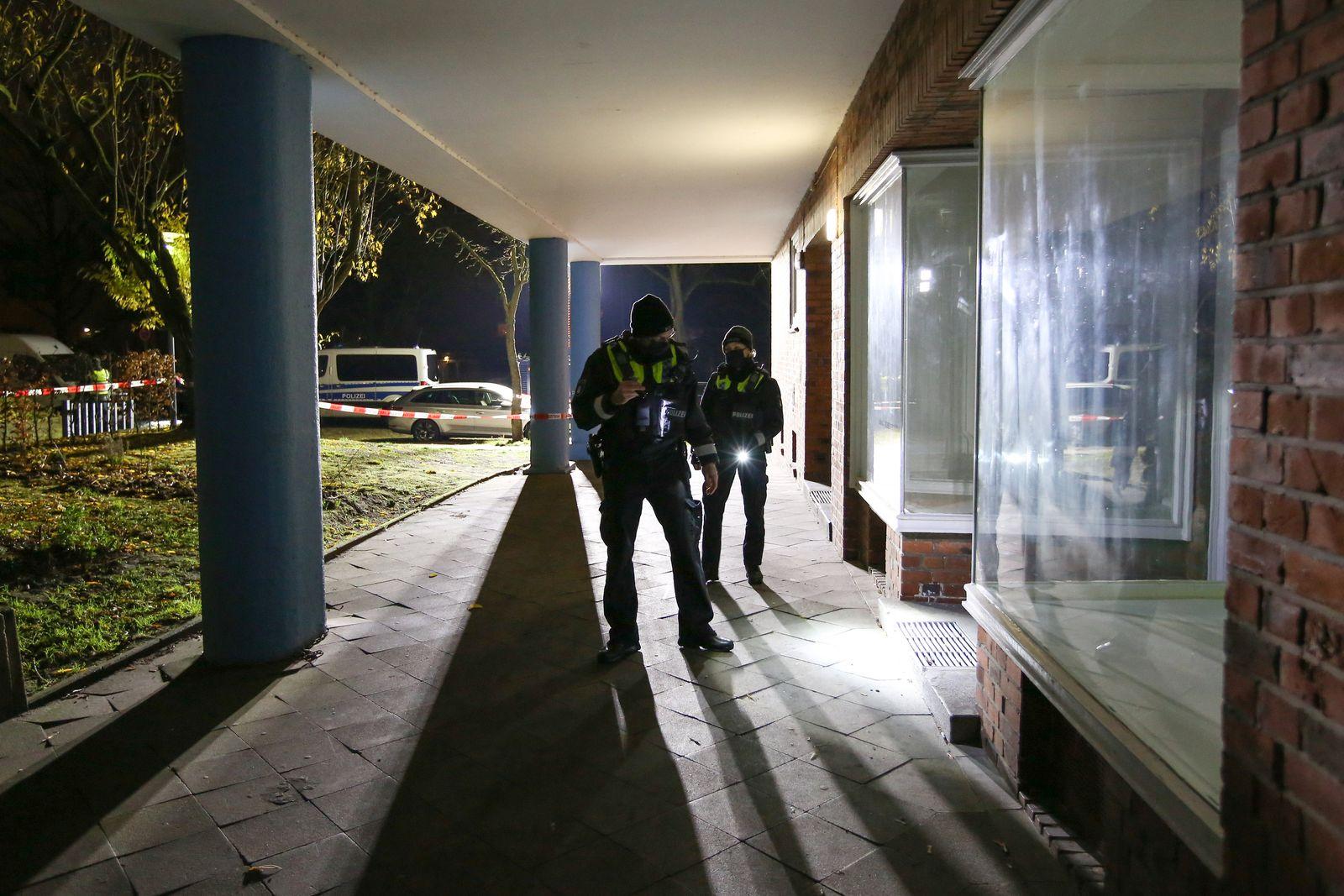 Mann pinkelt an Straßenrand und wird angeschossen