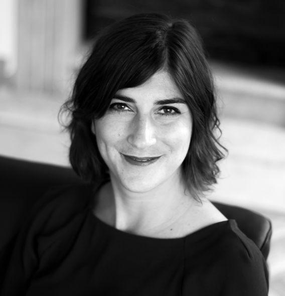 Nina Richter ist freiberuflicher Coach und wohnt in Köln. Mit ihrer FirmaNina Richter Coachingbegleitet sie Menschen in beruflichen Umbruchsituationen und Neuorientierungsphasen. Zudem berät sie zur Kommunikation zwischen Führungskräften und Mitarbeiternund ist Expertin für Stress- und Burn-out-Prävention.