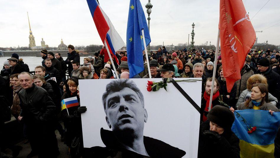 Nemzow-Plakat bei Gedenkmarsch in Moskau: Drei Millionen Rubel für Hinweise