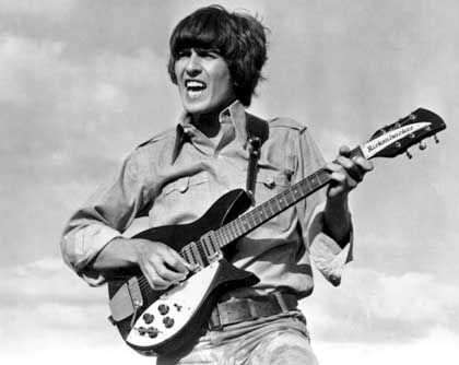"While his guitar gently weeps: George Harrison in einem Szenenfoto aus dem Beatles-Film ""Help"" (1965)"