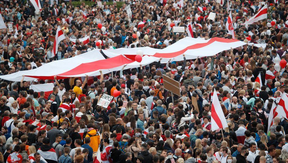 Proteste gegen die umstrittene belarussische Präsidentschaftswahl in Minsk am 23. August