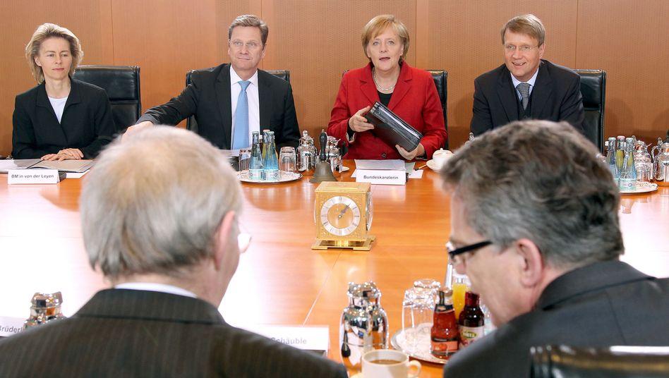 Merkel und Pofalla im Kabinett: Der Minister weilte im Urlaub