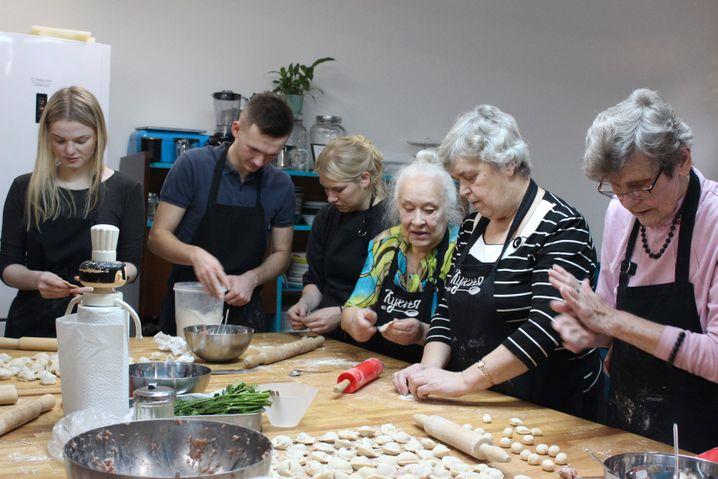 Aussöhnung durch Dialog: Deutsche und russische Freiwillige bereiten gemeinsam mit Blockadeüberlebenden traditionelle russische Gerichte zu (2019)