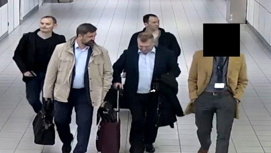 Ausgewiesen: Vier russische Agenten, die den Cyberangriff auf die OPCW-Zentrale in Den Haag verübt haben sollen, verlassen die Niederlande (Oktober 2018)