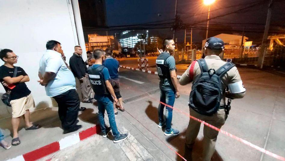 Polizisten vor dem Einkaufszentrum