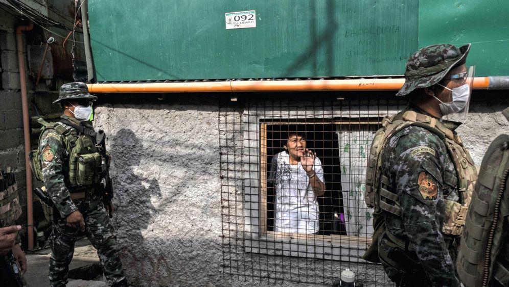 Polizisten im Norden Manilas:Der harte Lockdown hat dem Volk wenig genutzt