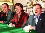 Noch scheint ihnen das Lachen nicht vergangen zu sein: Schüssel, seine Außenministerin Ferrero-Waldner (l.) und FPÖ-Vizekanzlerin Riess-Passer