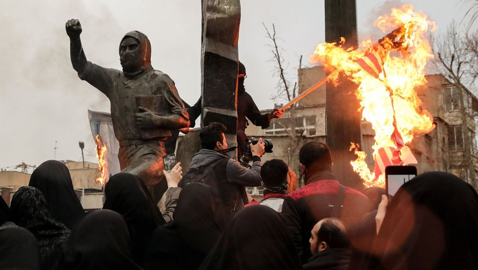 Zunächst sah es nach Krieg aus: Iraner verbrennen eine US-amerikanische und eine israelische Flaggein Teheran