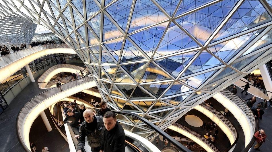 """Besucher im Einkaufszentrum """"MyZeil"""" in Frankfurt am Main (Archivbild): Mehr Ausgaben für Gesundheit und Soziales"""