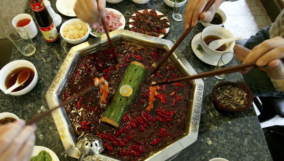 """Restaurant im chinesischen Chengdu: Im """"Hot Pot"""" sind Chilischoten eine Hauptzutat"""