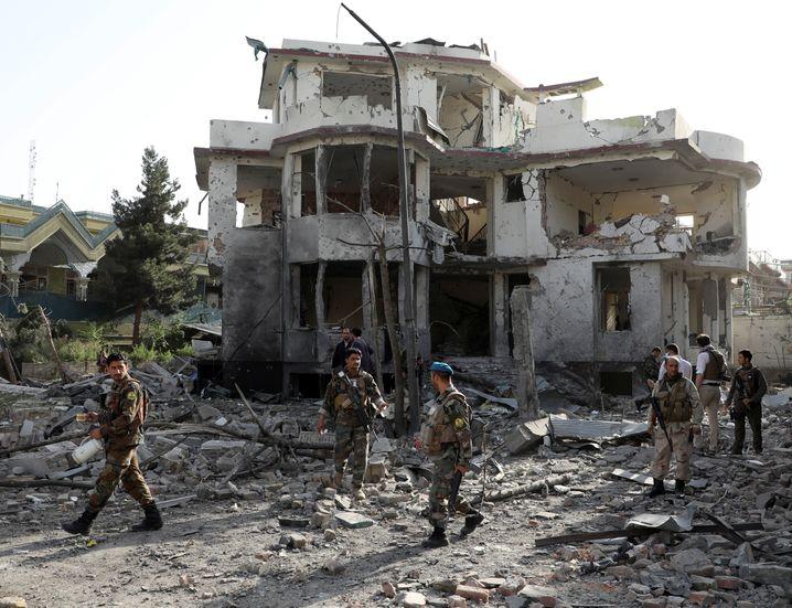 Afghanische Soldaten inspizieren die Schäden nach der Explosion einer Autobombe in Kabul