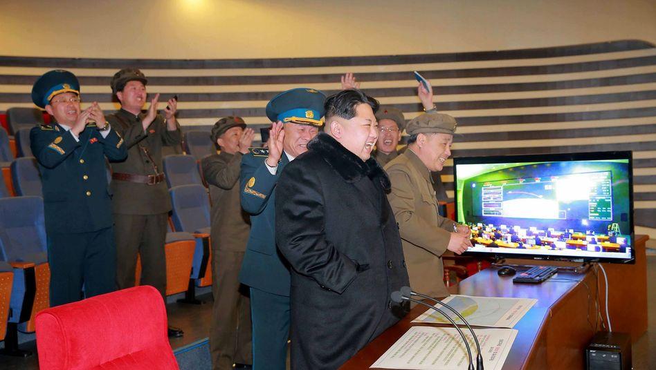Kim Jong Un, Militärs im Kontrollzentrum: Seelenruhig den Startbefehl geben