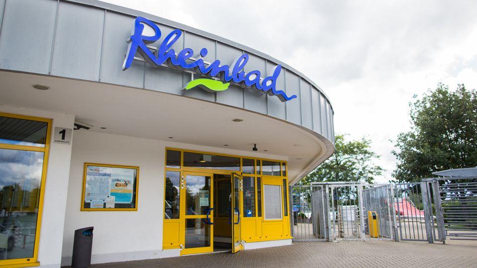 Das Düsseldorfer Rheinbad. Ab Sonntag steht der Eingang nur noch offen für Menschen, die einen Ausweis dabei haben.