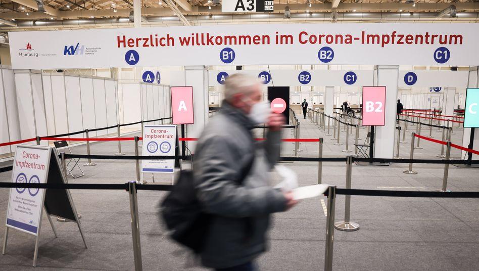 Hindernislauf zum Impfziel: Szene aus dem Impfzentrum in den Hamburger Messehallen