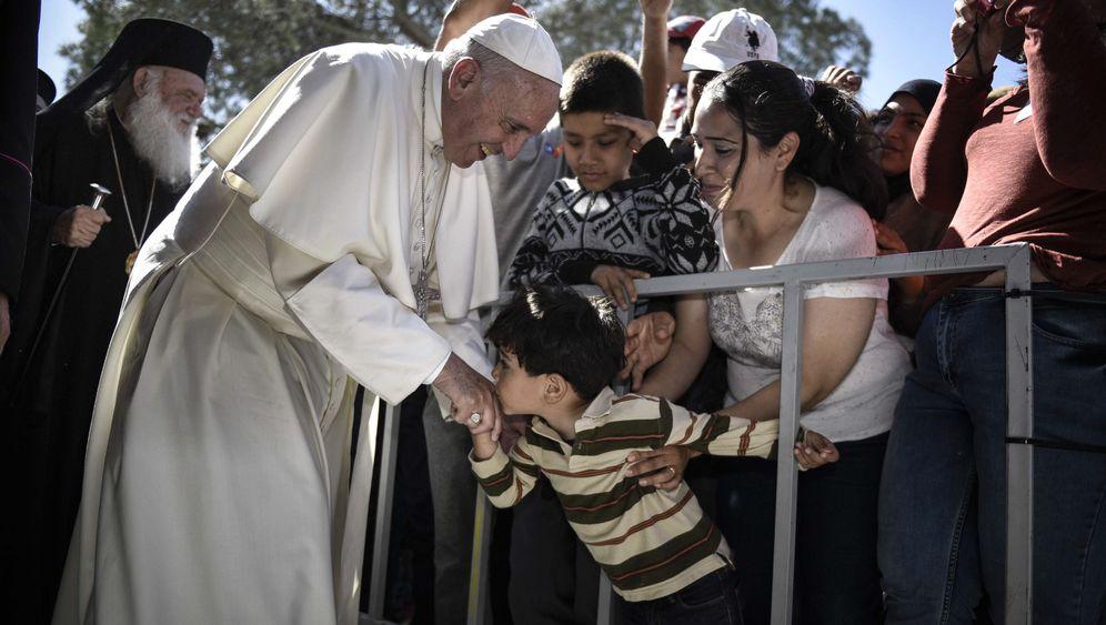 Papst-Besuch auf Lesbos: Hoffnungsgesten für die Hilfesuchenden