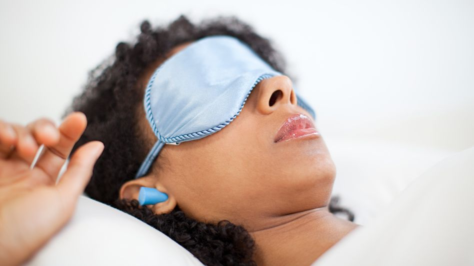 Schlafbrille und Ohrstöpsel: Manche schlafen lieber mit Hilfsmitteln