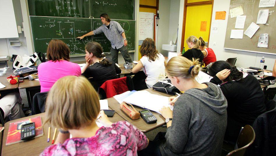"""""""Lassen wir uns auf dieses Experiment ein"""": Schülerinnen im Physikunterricht an einer Schule in Freiburg (Archivbild)"""