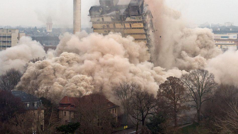 AfE-Turm: Ein Knall, ein Rumms, Uni-Hochhaus in Frankfurt gesprengt