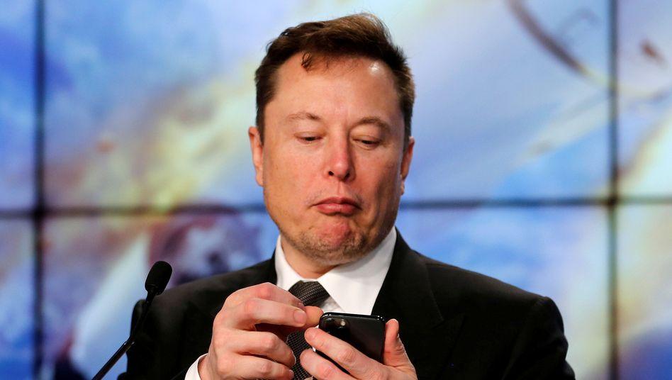 Tesla-Gründer Musk: Im Hintergrund bellt sein Hund