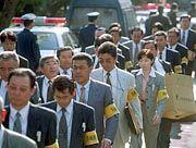 Polizeibeamte auf dem Weg zur Durchsuchung der Brennelementefabrik in Tokaimura