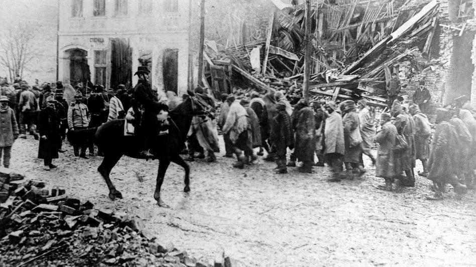 Tragödie Erster Weltkrieg: Gefangene Serben laufen durch Belgrad