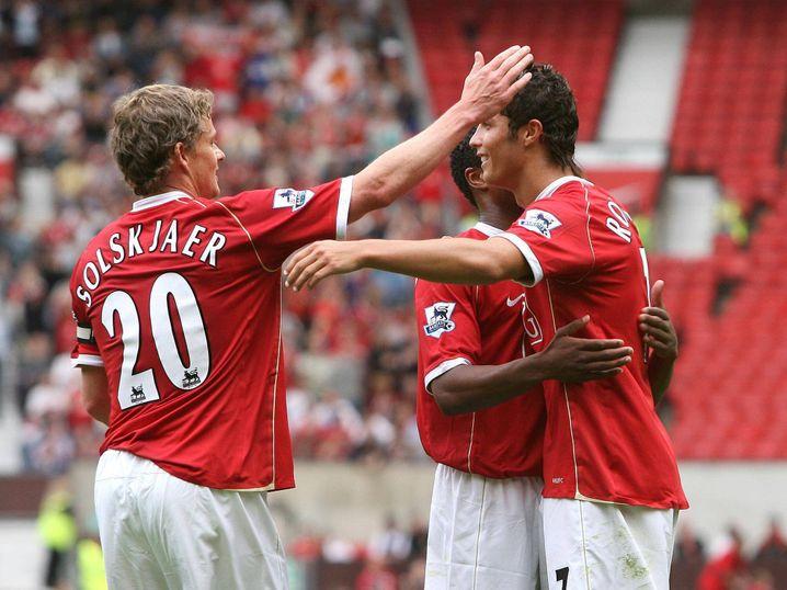 Einst waren sie Mitspieler bei United, nun Trainer und sein Spieler: Ole Gunnar Solskjær (l.) und Ronaldo im Jahr 2006