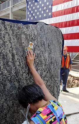 Ground Zero, drei Jahre nach den Anschlägen (Trauernde bei der Grundsteinlegung für den Freedom Tower am 4. Juli): Verzweifelte Menschen bringen normalerweise sich selber um, nicht andere