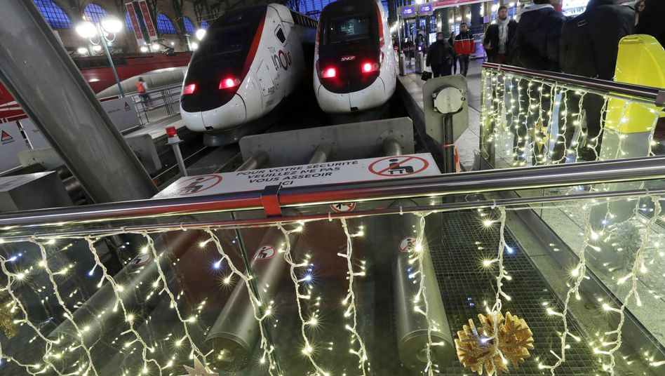 TGV-Züge vor weihnachtlicher Dekoration: An den Festtagen könnte es für Bahnreisende anstrengend werden