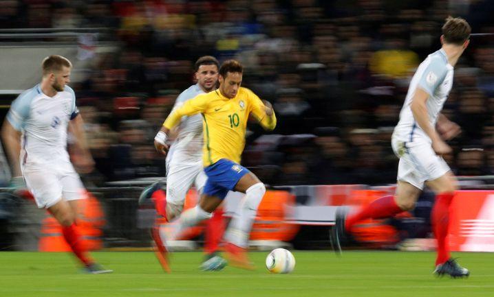 Brasiliens Neymar in Aktion (M.)