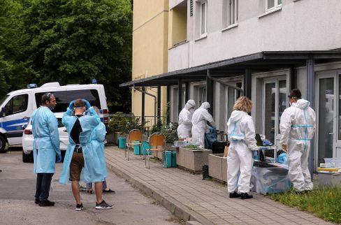 Mitarbeiter des Dresdner Gesundheitsamtes vor dem unter Quarantäne stehenden Studentenwohnheim