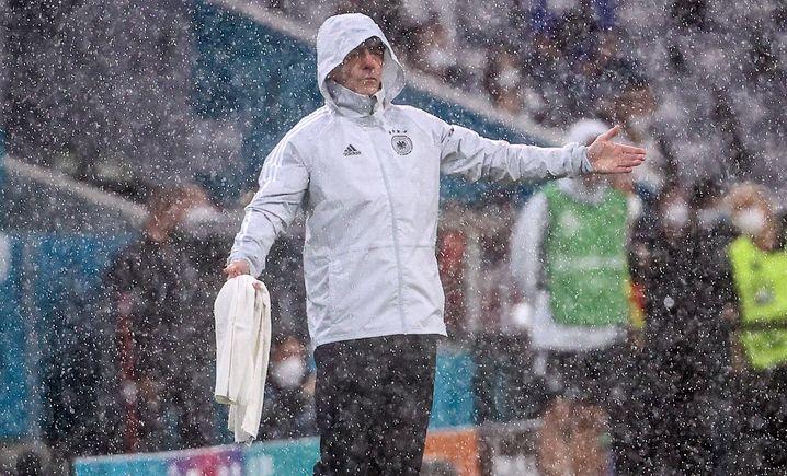 Bundestrainer Löw im Regen von München