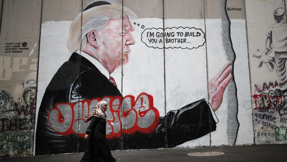 Ein Graffiti mit Trump-Motiv an der israelischen Sperranlage zum Westjordanland (Archiv)